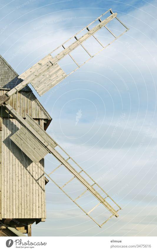 alte, restaurierte Bockwindmühle, halb dargestellt Windmühle Holzwindmühle Flügel Windmühlenflügel technisches Denkmal Mühle historisch Himmel mahlen