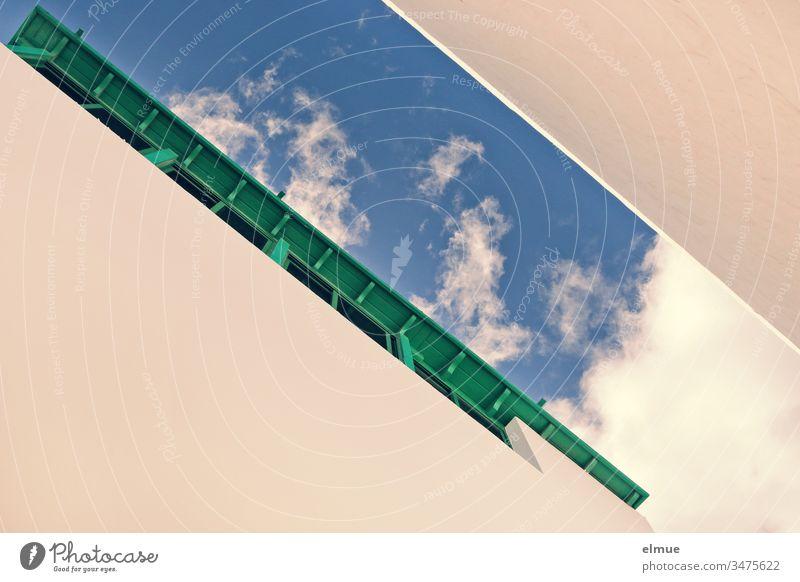 Blick aus der Froschperspektive zwischen zwei Häuserwänden zum Himmel (diagonal) Gasse Haus Fassade Wand Stadt Architektur Platzangst Balkon eng