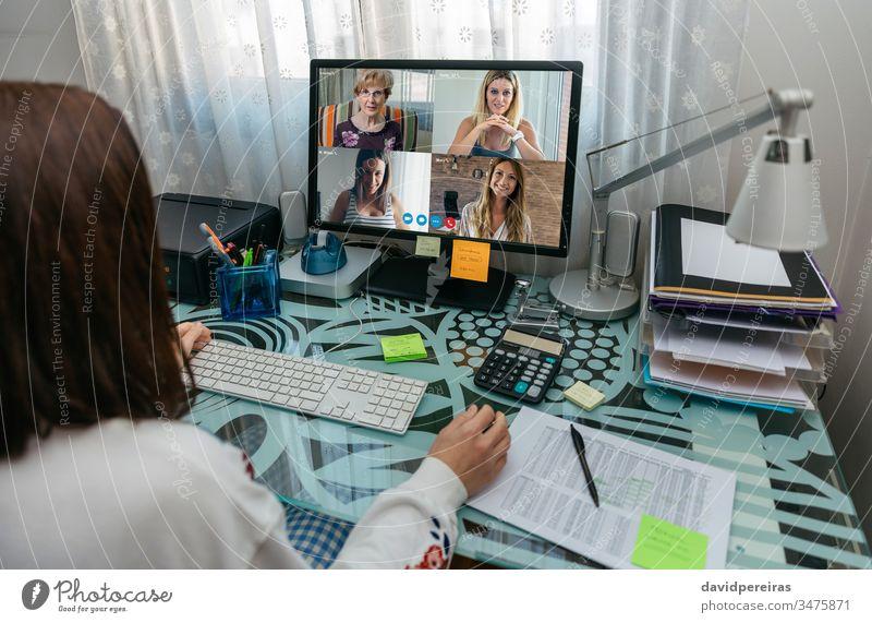 Frau spricht per Videoanruf mit Freunden unkenntlich soziale Distanzierung covid-19 Quarantäne Coronavirus Computer Internet Videokonferenz Familie sprechend