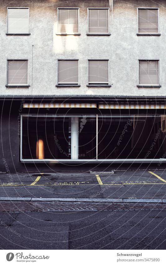 Leerstand eines Geschäfts / Gebäudes Geschäftsaufgabe Konkurs leergeräumt verlassen geschlossen geschlossene fenster Fassade Schaufenster
