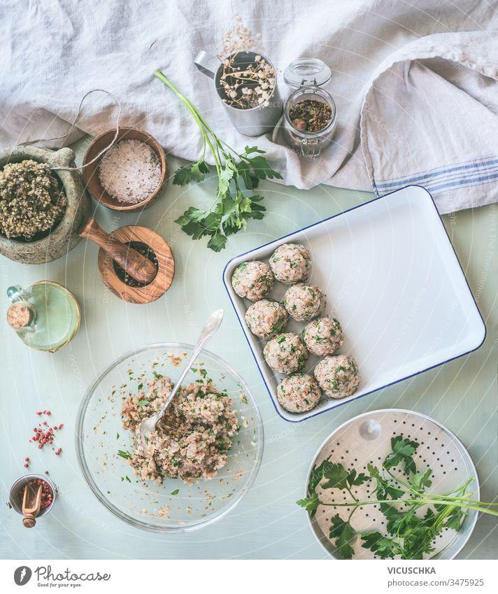Zubereitung von schmackhaften Buchweizenbällchen auf dem Küchentisch mit Zutaten. Konzept für gesunde Hausmannskost und gesunde Ernährung Vorbereitung