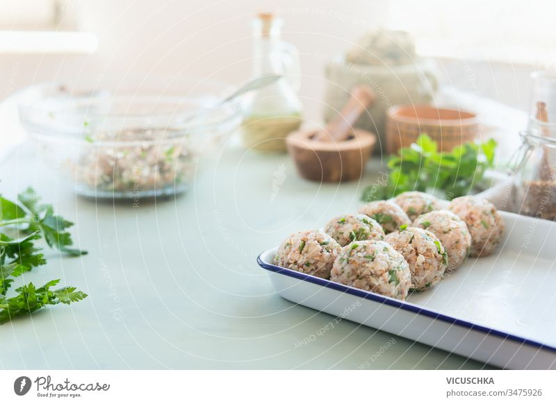 Veganer Buchweizen Bällchen. Küchentisch mit Zutaten. Gesundes Kochen und Essen zu Hause geschmackvoll Bälle Tisch Gesundheit heimwärts Essen zubereiten