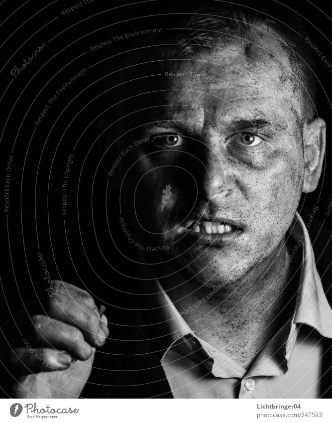Gangster Portrait Mensch Mann Erwachsene Gefühle Kraft dreckig Macht Zähne Wut Hemd Mut Gewalt Konflikt & Streit Aggression Hass Scheitel