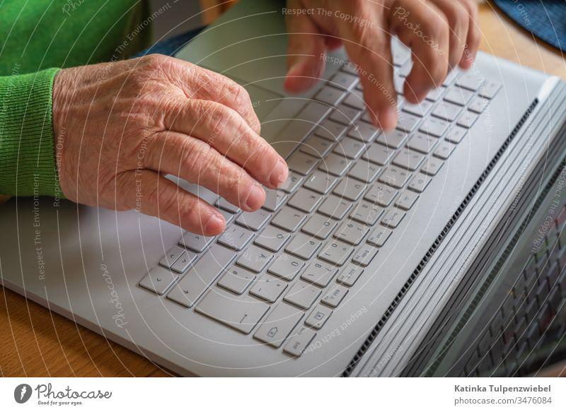 Alter Mann mit Laptop: Kontakt zur Außenwelt laptop Rentner Kommunikation Internet internetanschluß Einsamkeit Quarantäne coronavirus Corona-Virus Maßnahmen