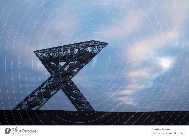 Saarpolygon auf der Halde Duhamel symbolisiert Vergangenheit und Zukunft des Saarlandes Wahrzeichen Dämmerung Bergbau Energie Kohle Kunst Licht