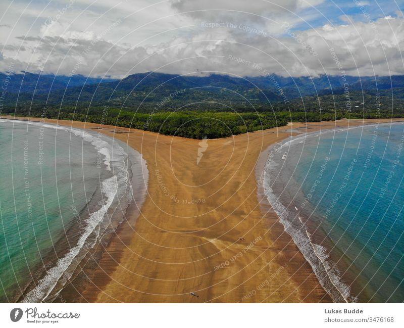 Uvita-Strand aus der Luft, Luftaufnahme, in Costa Rica uvita Antenne Tropen Dröhnen Landschaft reisen Flosse Himmel Straße MEER Berge u. Gebirge Natur Küste