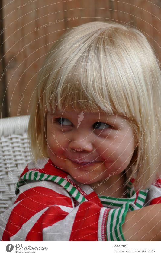 """Smilla Pantomime I Das kleine Mädchen schaute verschmitzt von unten auf, """"nochmal Milch"""", verriet der lütte Milchbart auf der Oberlippe des Mädchens frech"""