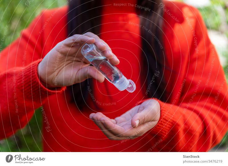 Nähen Sie die Hände der Frau mit einem Desinfektionsgelspender zu, Bakterien Coronavirus Grippe COVID19 Virus covid-19 vermeiden Alkohol Pflege liquide