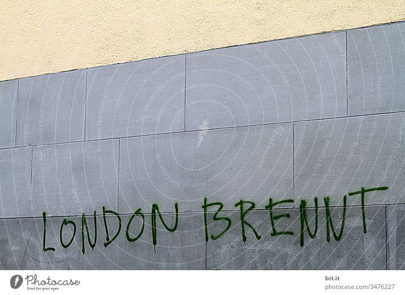 London brennt, steht als Schriftzug, auf einer Wand. England Großbritannien Gebäude Demonstration brennen Brennpunkt Stadt Fassade Schriftzeichen Architektur