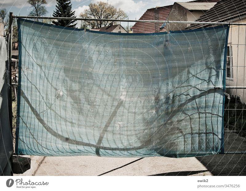 Abgehangen Plane Bauzaun Absperrung Bauplane Metall Gerüst Häuser Straße Sonnenlicht Dorf Schatten Lichterscheinung Linien Wind gewölbt Stabilität stabil