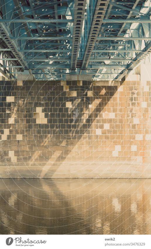 Brückenpfeiler Elbe Wasser fließen Steine Metall Konstruktion Architektur Fluss Reflexion & Spiegelung Menschenleer torgau Sachsen geheimnisvoll Sonnenlicht