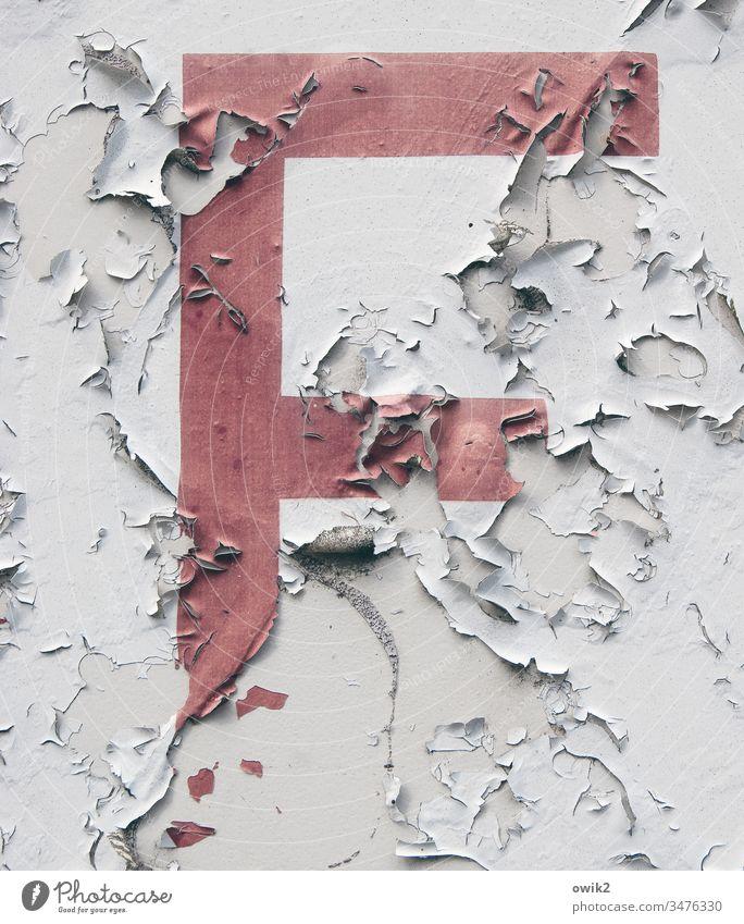 Fehlanzeige Buchstabe Wand Schild Anzeige Farbe abblättern Spuren Reste Vergänglichkeit Zahn der Zeit abblätternd Verfall Außenaufnahme Zerstörung Nahaufnahme