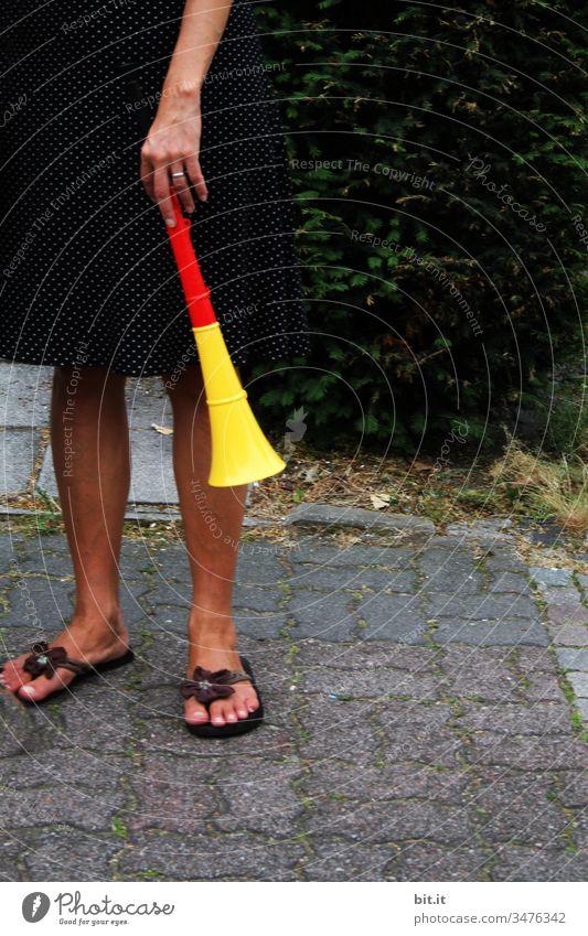 Geräusche l mit Trötpause durch Vuvuzela, beim Sommermärchen 2014. tröten Trompete laut WM gewinnen Lautstärke Krach Musik Klang Ton Spielen Hand