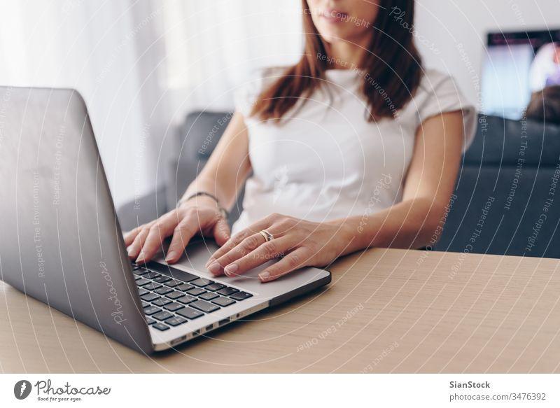 Junge Frau, die von zu Hause aus arbeitet heimwärts arbeiten Computer Laptop Arbeit Büro Schreibtisch benutzend jung Business Internet Technik & Technologie