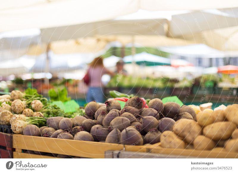 Lebensmittelmarktstand der Bauern mit einer Vielfalt an Bio-Gemüse. Verkäufer serviert und plaudert mit Kunden Markt Verkaufswagen Anbieter Marktplatz stehen