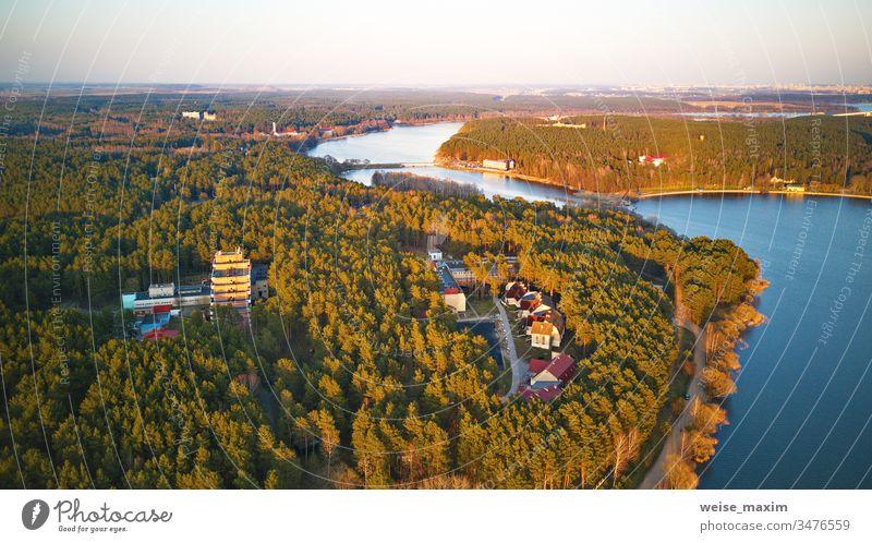 Erholungszone und Großstadt-Luftaufnahme. Flussufer mit Wald und Sanatorium See Frühling Ufer Park Seeufer Baum Wasser Ansicht Panorama ländlich Tag