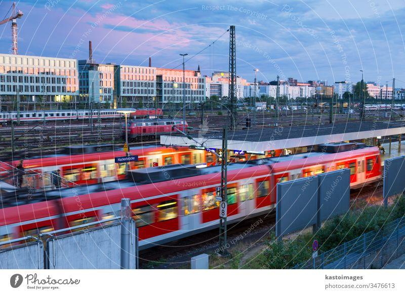Bahn mit Zügen im Zug Hackerbrucke und S-Bahnhof in München, Deutschland Eisenbahn Transport Station Tag Europa Himmel Transit Hackerbrücke Verkehr reisen