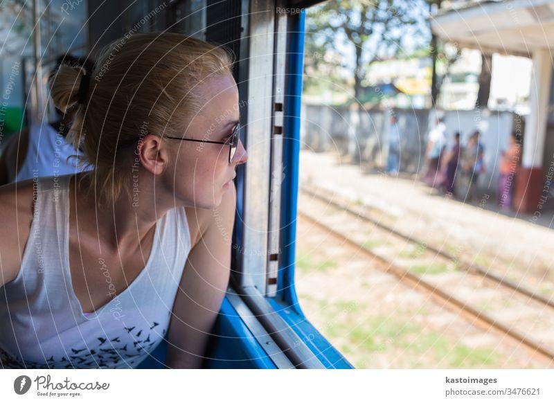 Junge weibliche Abenteurerin reist mit dem Zug in Asien. Frau Reise reisen Verkehr Passagier Eisenbahn Ausflug Reisender Transport jung Person schön Menschen