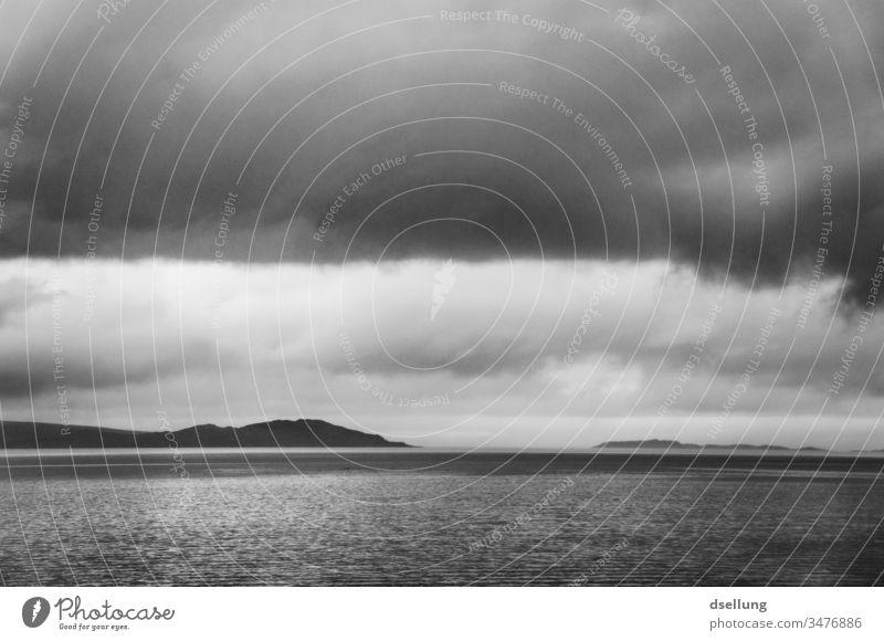 Schwarzweißaufnahme eines Sees in den schottischen Highlands bei bewölktem Himmel Panorama (Aussicht) Schatten Licht Tag Kontrast Loch Schottland grau wild