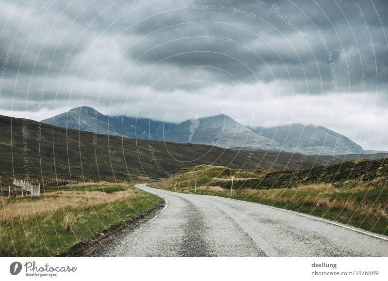 Eine Straße, die sich durch schottische Highlands einem Berg entgegen windet Panorama (Aussicht) Tag entschleunigt entschleunigen Entschleunigung Ziel