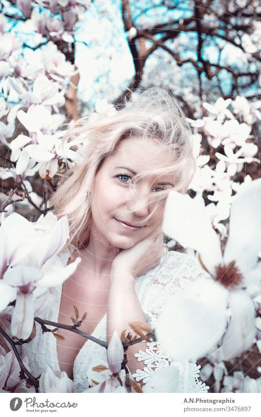 Schöne Blonde Frau mit weißem Kleid im Blütenbaum Porträt frau blond weißes kleid draußen natur landschaft gesicht schön schönheit wunderschön Beautyfotografie
