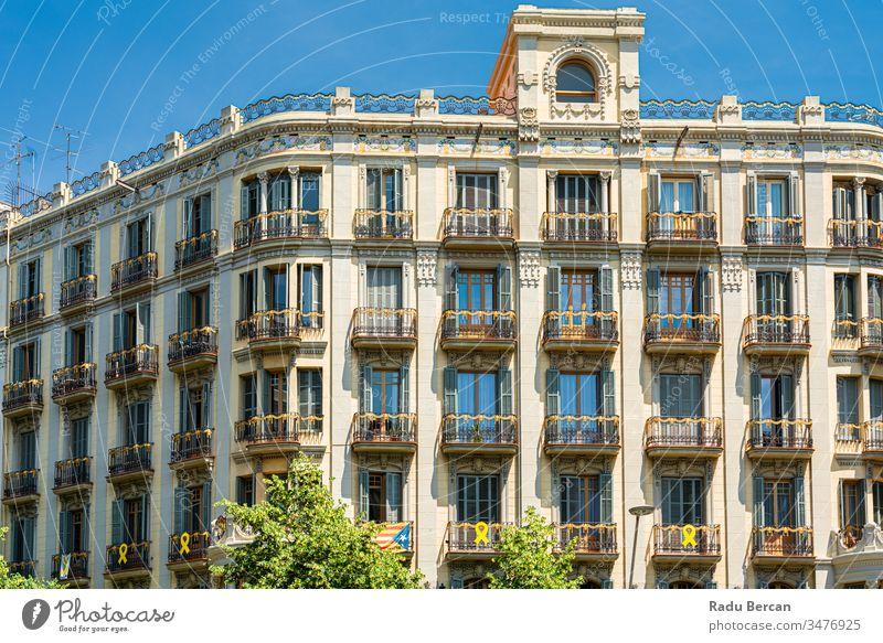 Detail einer schönen Fassadenarchitektur in der Stadt Barcelona, Spanien Spanisch Wahrzeichen Europa architektonisch Katalonien Straße urban antik Balkon Kultur