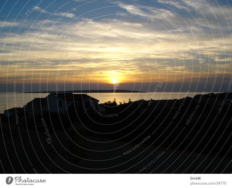 Sonnenuntergang Meer blau Wolken dunkel hell orange Hügel Kroatien