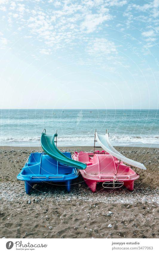 Tretboote auf dem Sand am Meeresufer. Aktivität Anziehungskraft Strand blau Boot Bootfahren Boote Katamaran Wolken Küste Zyklus Tag Entertainment Spaß Feiertag