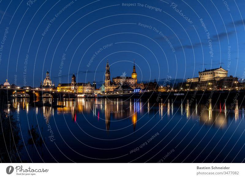 Skyline Dresden nach Sonnenuntergang Hofkirche Dresden kunstakademie Elbe Sachsen Architektur Illumination Stadt Ausflug Städtereise Wahrzeichen Tourismus Abend