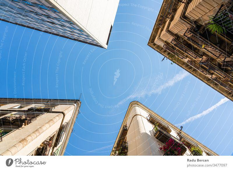 Detail der schönen Gebäudearchitektur in der Stadt Barcelona, Spanien, aufgenommen mit perspektivischem Blick el raval Stadtzentrum Stadtteil gotisch Großstadt