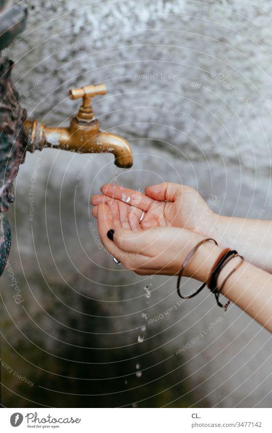 frau wäscht ihre hände Hände Wasser Wasserhahn Brunnen Sauberkeit hygiene Frau sauber Hände waschen Pflege Waschen Reinlichkeit Hygiene Hand Wassertropfen
