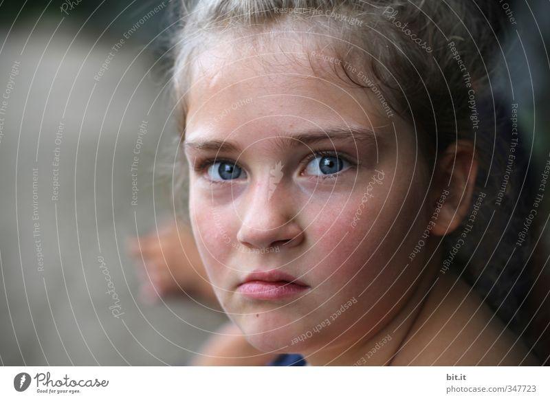 böse gucken feminin Kind Mädchen Kindheit Kopf Gesicht Auge 1 Mensch 8-13 Jahre Blick Wut Ärger gereizt Feindseligkeit Aggression Gefühle protestieren