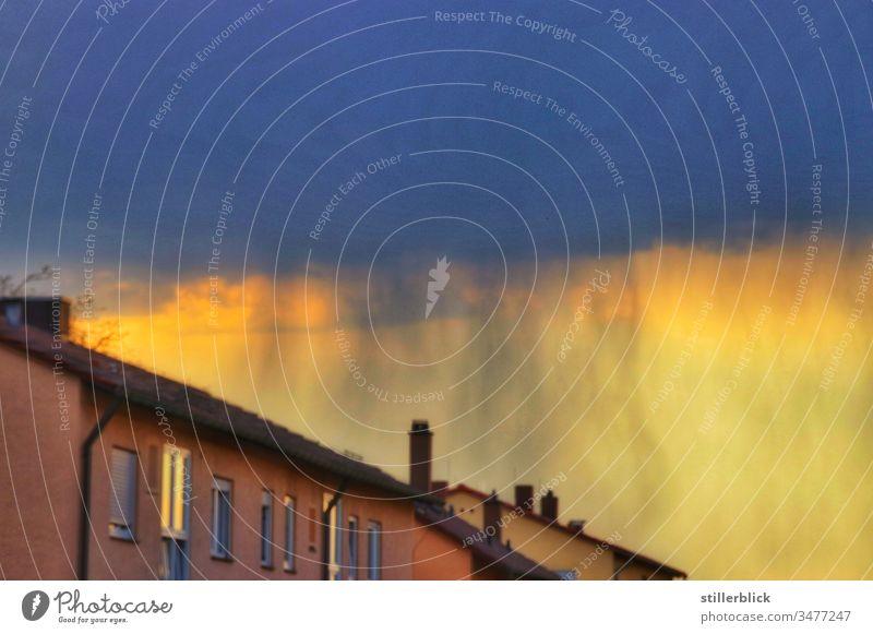 Regenwand am Himmel hinter Haus am Abend Wetter Häuser Licht