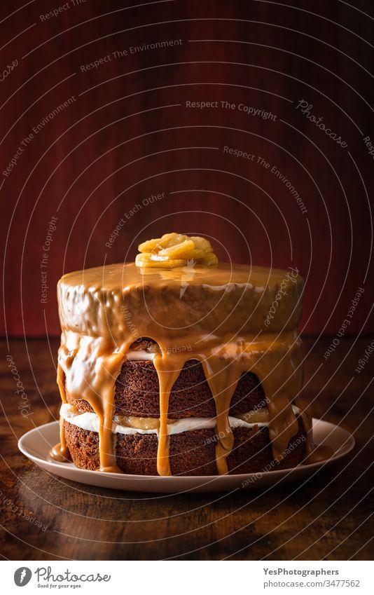 Geburtstagskuchen mit Karamell und Apfel. Schichtkaramel-Torte Apfel und Karamell Apfeltorte Bäckerei Geburtstagstorte braun Kuchen Kalorien Karamelkuchen