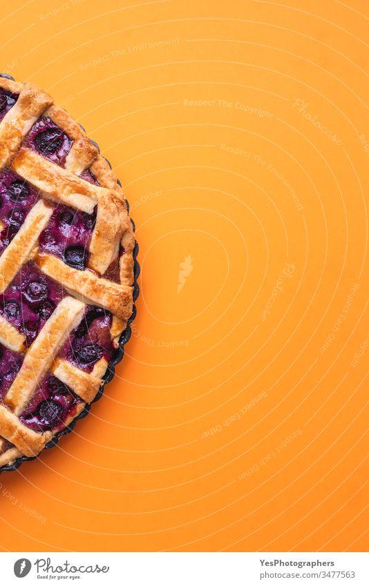 Heidelbeeren-Gitterkuchen mit goldener Kruste. obere Ansicht Amerikaner gebacken Bäckerei Heidelbeer-Füllung Blaubeerkuchen Buttergebäck Kuchen Kalorien Küche