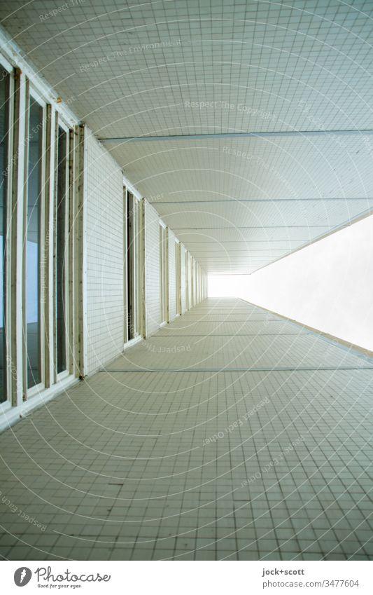 in einer Ecke mit viel Schatten und oben Licht Kacheln Wand Gebäude Wohnhochhaus Himmel Gedeckte Farben modern Froschperspektive eckig beige Hochhaus