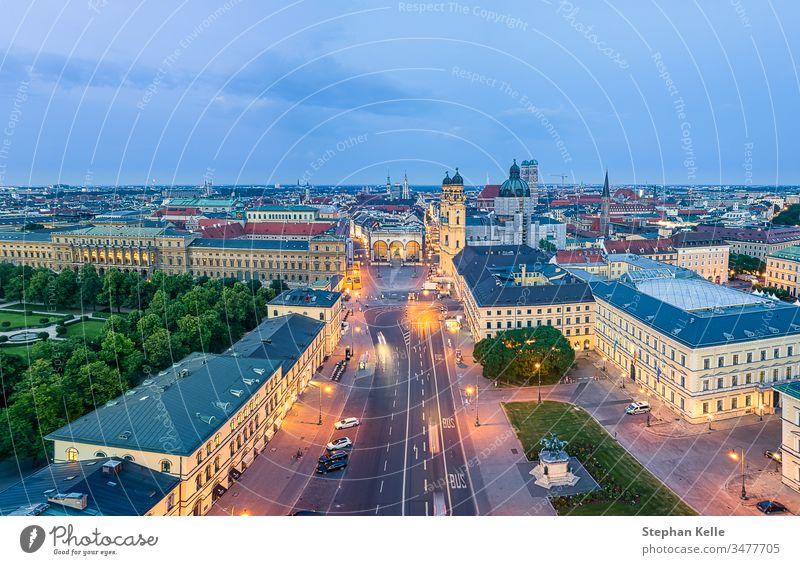 Überblick über München mit der berühmten Frauenkirche am Morgen Architektur von oben Außenaufnahme Stadt Licht Bauwerk Gebäude Farbfoto Wahrzeichen Kirche