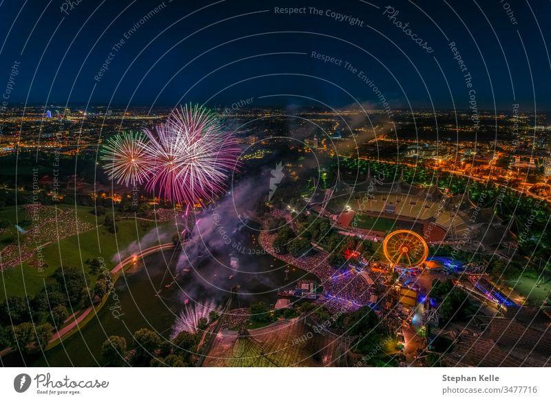 Feuerwerk über München aus einem hohen Winkel. feiern Stadtfest Großstadt Feier hoher Winkel Tourismus vollständig farbenfroh Party Feiertag Nacht Stadtbild
