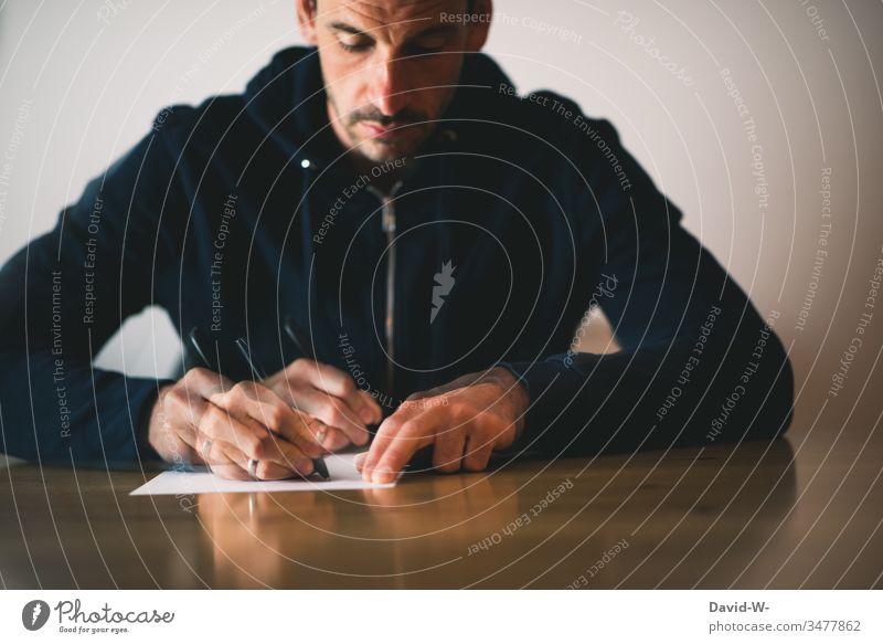 Mann schreibt mit einem Stift auf einem Zettel Bewegung Bewegungsunschärfe schreiben Blatt Papier zettel Brief schreibend Geschwindigkeit schnell tempo