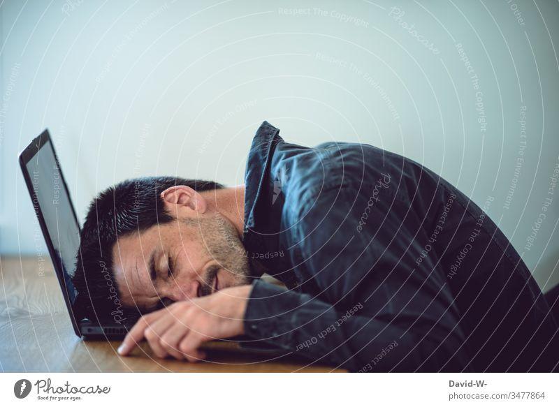 Mann am Laptop eingeschlafen laptop bei der Arbeit arbeit überarbeitet Homeoffice pause müde Müdigkeit ruhe Schlafplatz Arbeitsplatz arbeiten Computer Büro