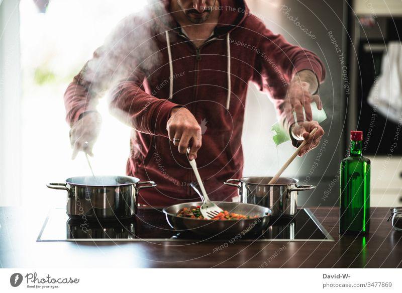 multitasking Mann Hausmann kocht unter Zeitdruck mehrere Dinge gleichzeitig talentiert schnell Stress kochen zeitdruck beeilung Fotomontage Kreativität Kocht
