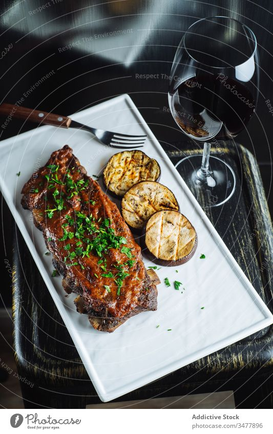 Gegrillte Schweinerippchen und Auberginen Fleisch Rippe Grillrost Schweinefleisch grillen Barbecue Kraut Gemüse Lebensmittel lecker geschmackvoll Abendessen