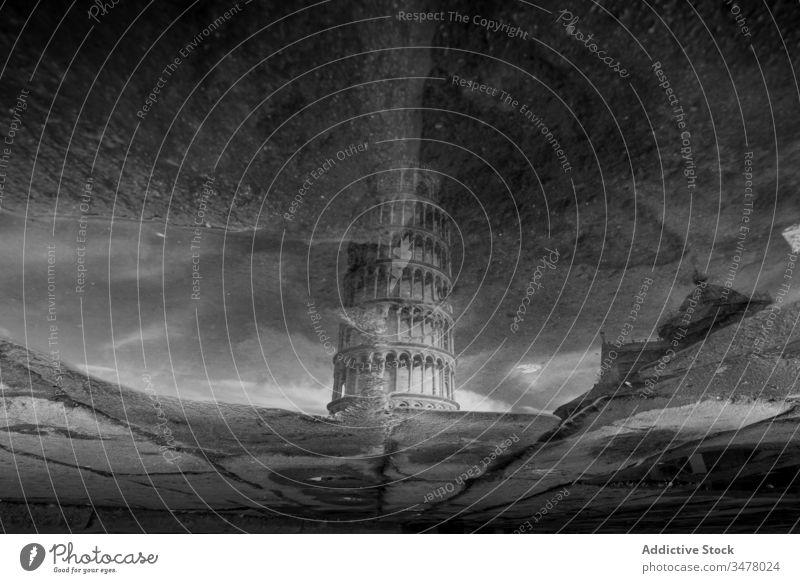 Wunderbares Spiegelbild des berühmten Schiefen Turms von Pisa in einer Pfütze Reflexion & Spiegelung Quadrat der Wunder Wasser Architektur Himmel Tourismus Erbe