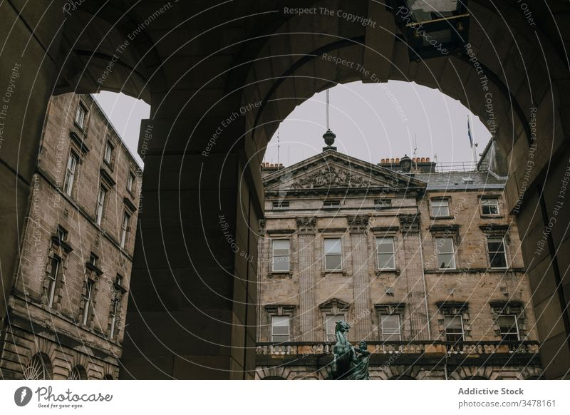 Historisches Steingebäude mit Bögen und Säulen Architektur Gebäude alt historisch Großstadt antik Bogen Schottland Edinburgh Außenseite reisen Wahrzeichen