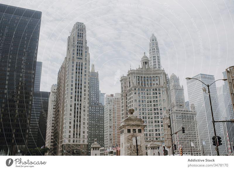 Modernes Stadtbild mit zeitgenössischer Architektur Großstadt Wolkenkratzer Gebäude modern urban Zeitgenosse Skyline Baum Himmel Stadtzentrum Außenseite Revier