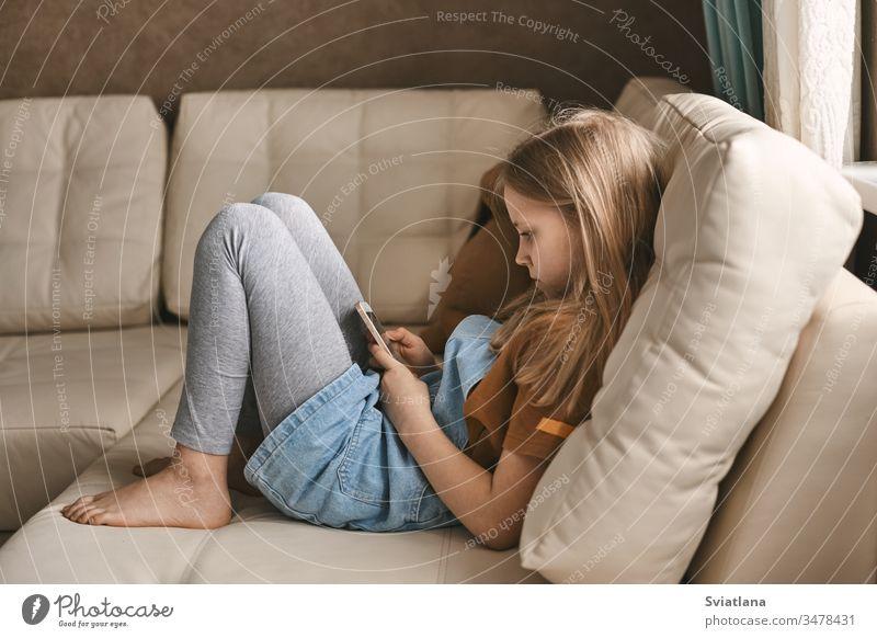 Ein hübsches Mädchen kommuniziert während der Quarantäne über einen Boten mit ihren Freunden. Selbstisolation, Kommunikation, soziale Distanz während der Quarantäne