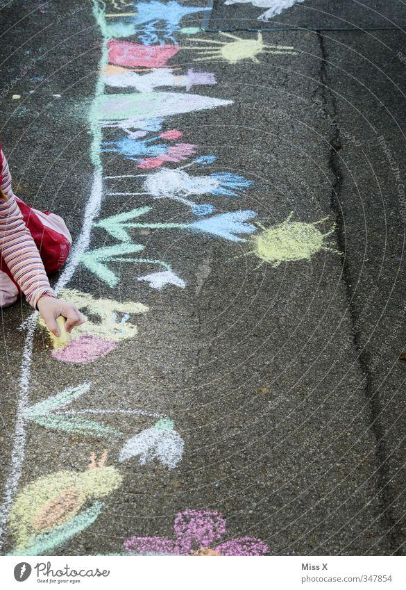 Straßenmalerin Mensch Kind Farbe Mädchen Blume Spielen Kunst Freizeit & Hobby Kindheit malen Kreativität Gemälde Bürgersteig Kleinkind 8-13 Jahre zeichnen