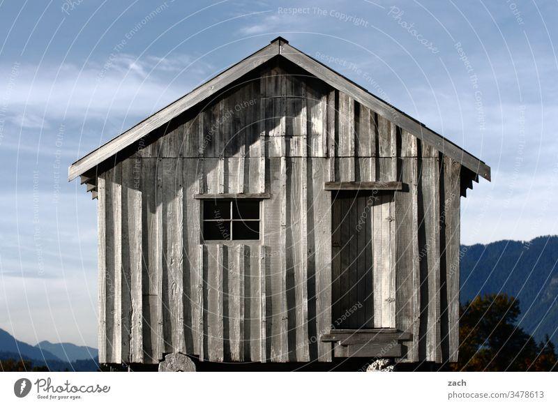 alt I der Lack ist ab, graues Holzhaus vor Bergpanorama Ruine kaputt Haus Vergänglichkeit Mauer Zerstörung Wand Verfall Fassade Vergangenheit Renovieren Gebäude