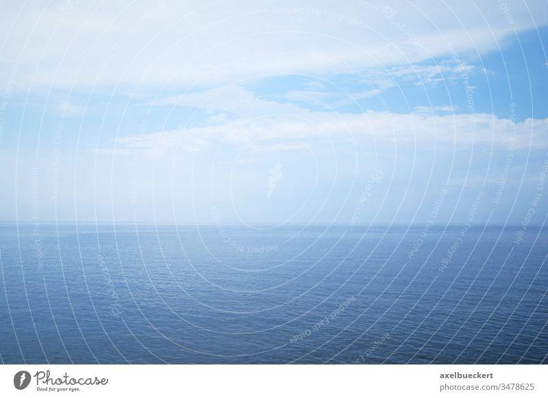 offenes Meer und bewölkter Himmel - minimalistischer Hintergrund Horizont Wasser blau Nordsee Meereslandschaft Tag Deutschland Natur wolkig bedeckt Textfreiraum