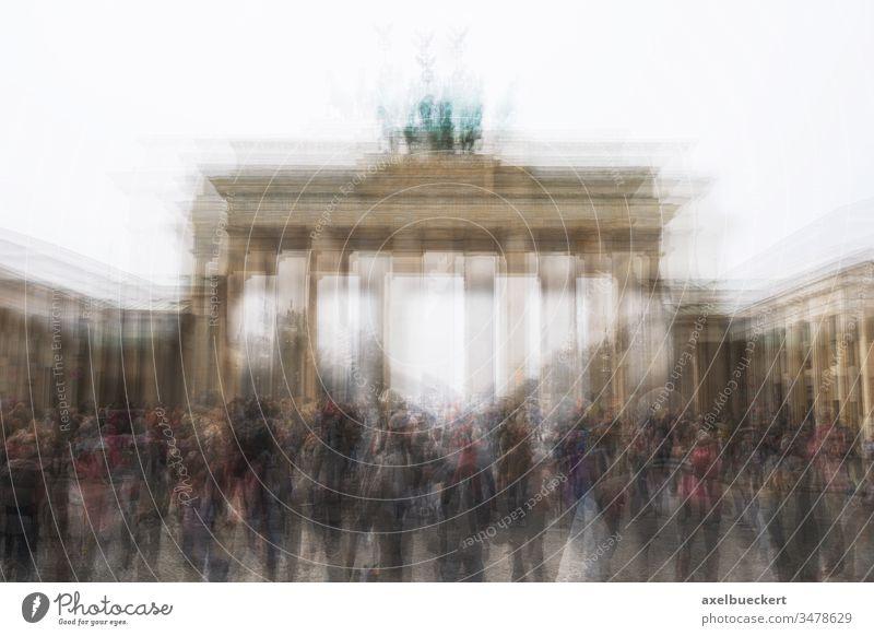 Mehrfachbelichtung Brandenburger Tor mit Touristenmassen in Berlin Menschenmenge Deutschland Tourismus Wahrzeichen kreativ verschwommen Hintergrund reisen